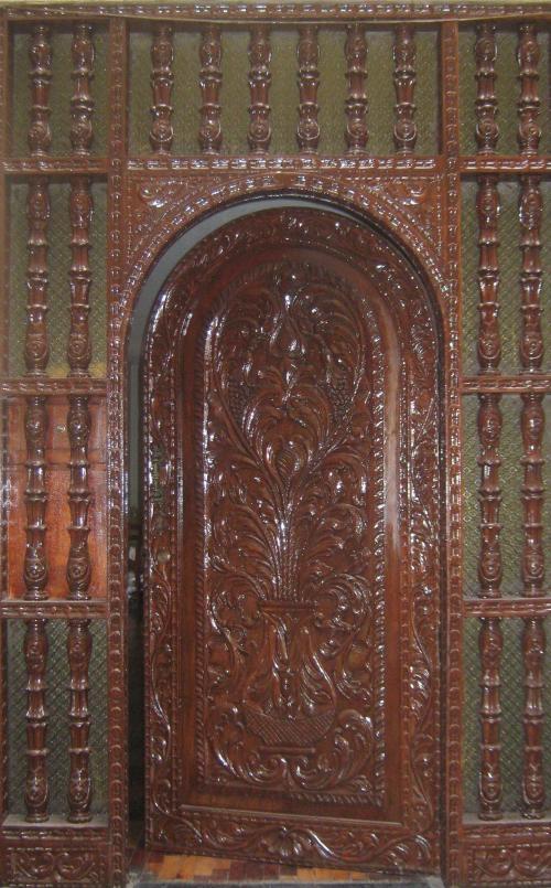 Puerta tallada