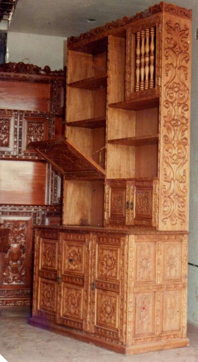 Estantes coloniales tallados peruanos
